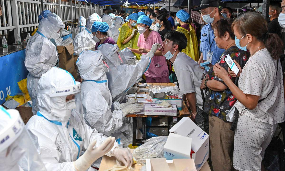 Nhân viên y tế lấy mẫu xét nghiệm Covid-19 tại thành phố Quảng Châu, tỉnh Quảng Đông hôm 30/5. Ảnh: Reuters.