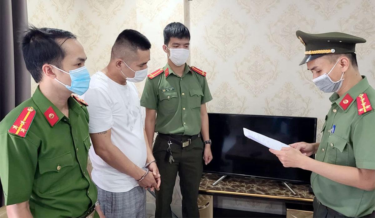 Xue Xiao Rong (áo trắng) nghe đọc lệnh bắt giam. Ảnh: Bảo Nam.