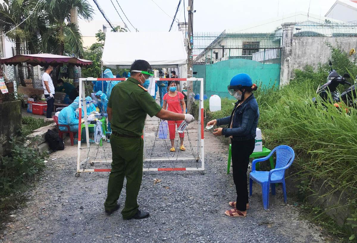 Lực lượng y tế lấy mẫu xét nghiệm người dân gần khu vực chung cư Ehome, chiều 19/6. Ảnh: Đình Văn.