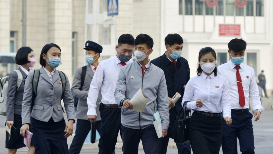 Người dân Triều Tiên tại ga Bình Nhưỡng hồi tháng 5. Ảnh: Reuters.