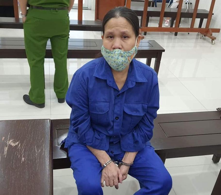 Bà Nguyễn Thị Xuyến khóc trong lúc HĐXX nghị án. Ảnh: Lê Lam