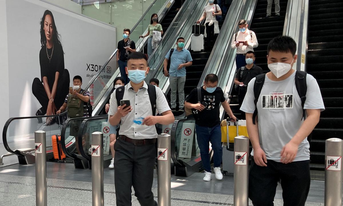 Hành khách tại sân bay Bảo An Thâm Quyến hồi tháng 5/2020. Ảnh: Reuters.