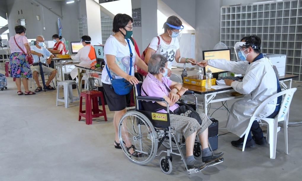 Người lớn tuổi Đài Loan đi tiêm vaccine Covid-19 ngày 19/6. Ảnh: CNA.