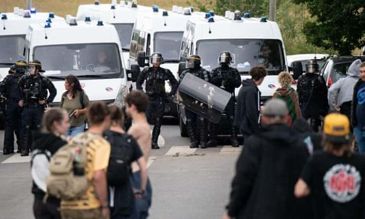 Cảnh sát giải tán đám đông tham gia bữa tiệc trái phép ngày 19/6 ở Redon, Brittany, miền tây nước Pháp. Ảnh: AFP.