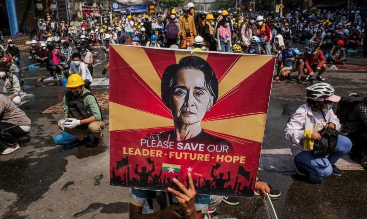 Người dân Myanmar kêu gọi cứu bà Aung San Suu Kyi trong cuộc biểu tình ở Yangon. Ảnh: AFP.