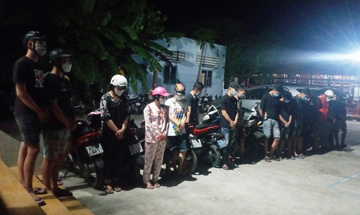 Hàng chục nam nữ tham gia tụ tập, đua xe. Ảnh: Hồ Nam.