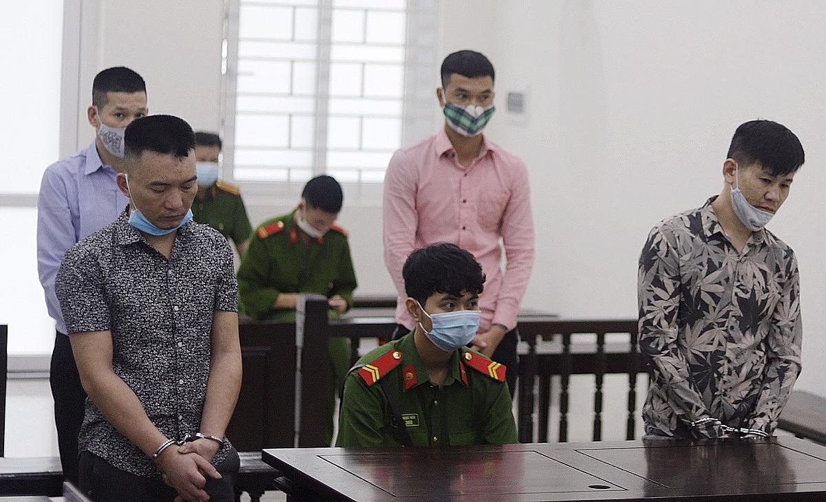 Bị cáo Văn Anh (hàng đầu, tay phải), Dũng (hàng đầu, tay trái) cùng Ước (áo hồng) và Long tại phiên xét xử ngày 21/6. Ảnh: Danh Lam