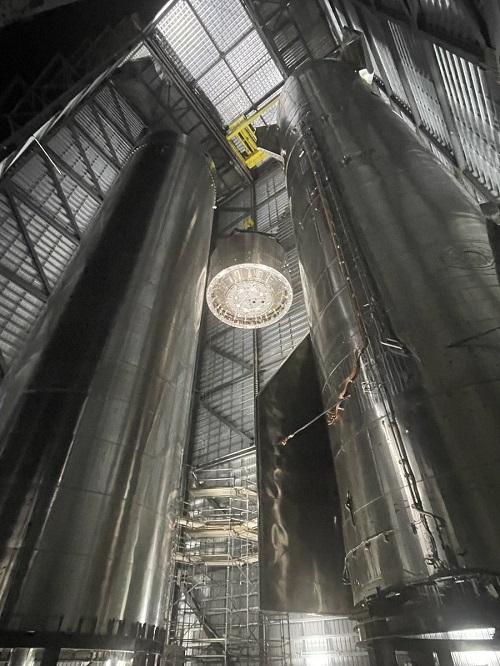 SpaceX tiến hành lắp ráp bộ phận phía sau của tên lửa Super Heavy. Ảnh: Elon Musk.