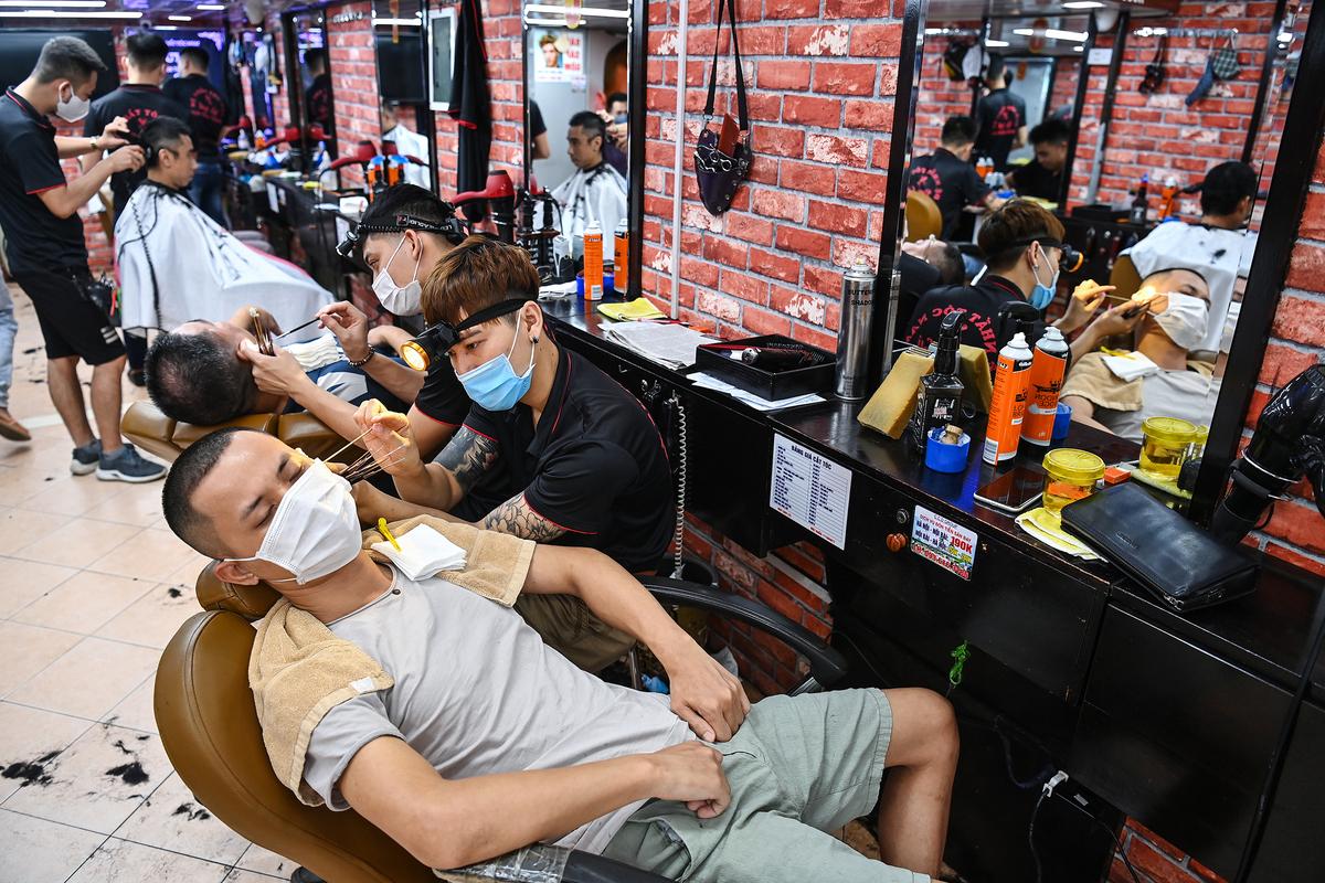 Một cửa hàng cắt tóc trên phố Thái Thịnh, quận Đống Đa (ảnh chụp ngày 25/5). Ảnh: Giang Huy.