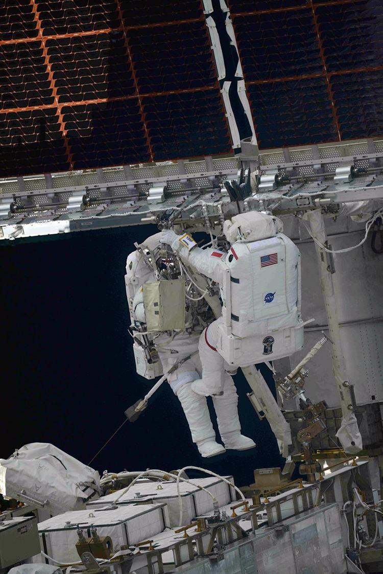 Hai phi hành gia dành gần 6 tiếng rưỡi ngoài không gian để hoàn thành nhiệm vụ. Ảnh: Oleg Novitskiy.
