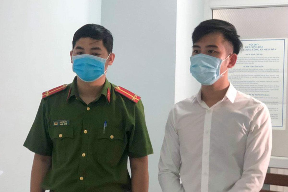 Bị can Nguyễn Quang Trọng (bìa phải) nghe đọc lệnh khởi tố. Ảnh: Bảo Nam.