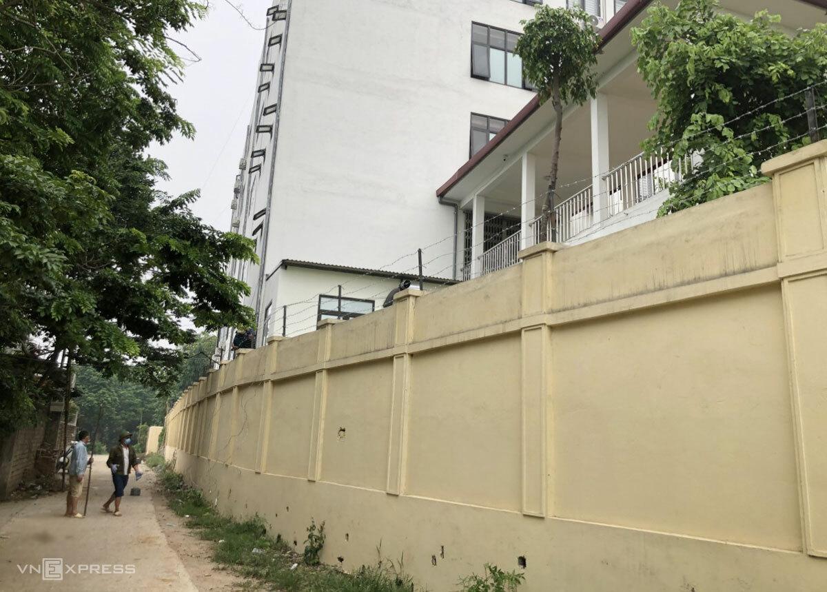 Tường bao quanh Bệnh viện dã chiến Hiệp Hòa được chăng thêm dây thép gai sau sự cố đêm 3/6. Ảnh: Hoàng Bộ