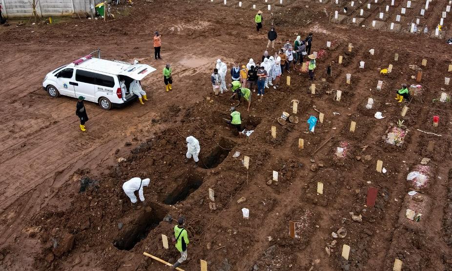 Lễ an táng tại một nghĩa trang cho nạn nhân Covid-19 ở Jakarta hôm 21/6. Ảnh: AFP.