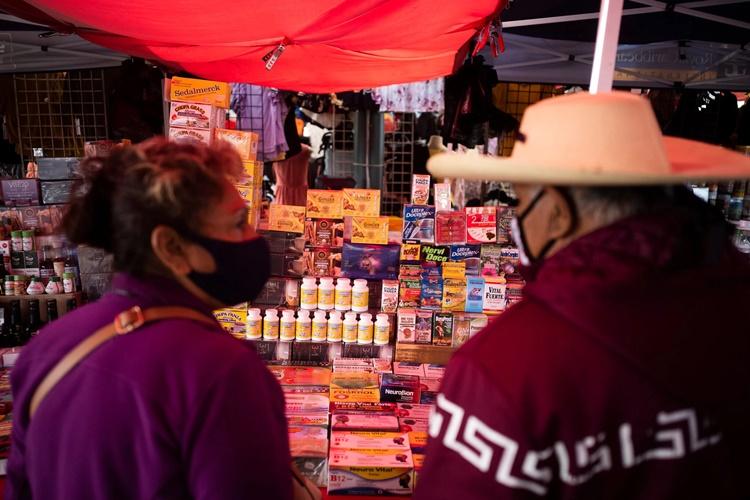 Các loại thuốc được bày bán trong một sạp hàng ở chợ trời Fresno. Ảnh: NYTimes.