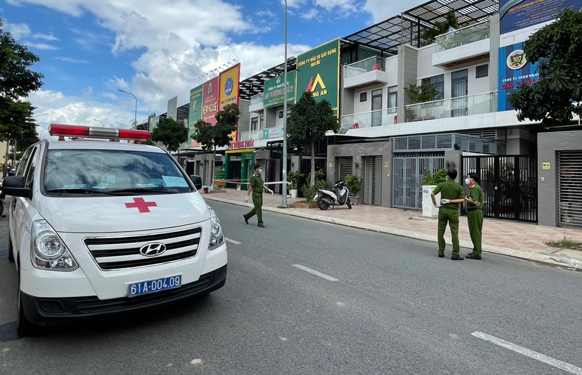 Cảnh sát và đội ngũ y tế làm việc tại hiện trường. Ảnh: Yên Khánh.