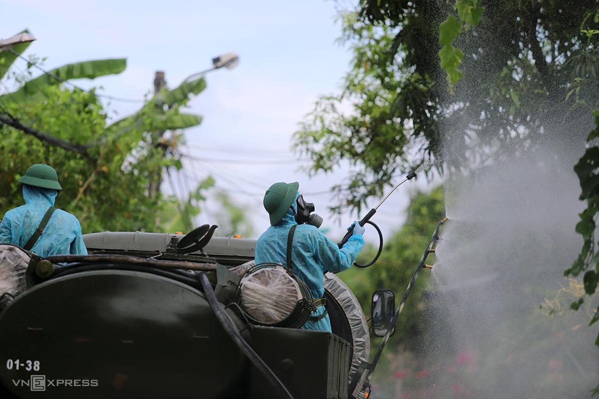 Quân đội phun khử khuẩn tại vùng dịch thôn Đoài Thịnh, xã Thạch Trung, TP Hà Tĩnh hôm 8/6. Ảnh: Đức Hùng