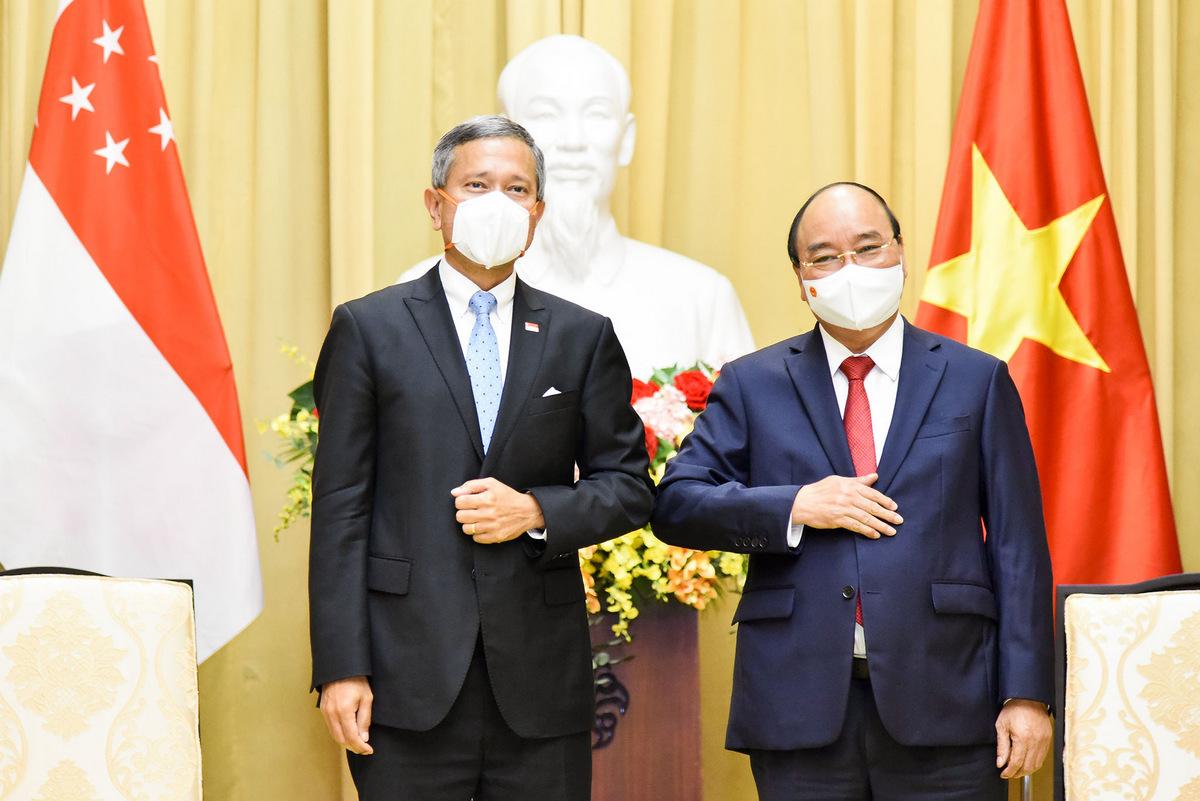 Ngoại trưởng Balakrishnan (trái) và Chủ tịch nước Nguyễn Xuân Phúc trong cuộc gặp ngày 21/6. Ảnh: BNG.