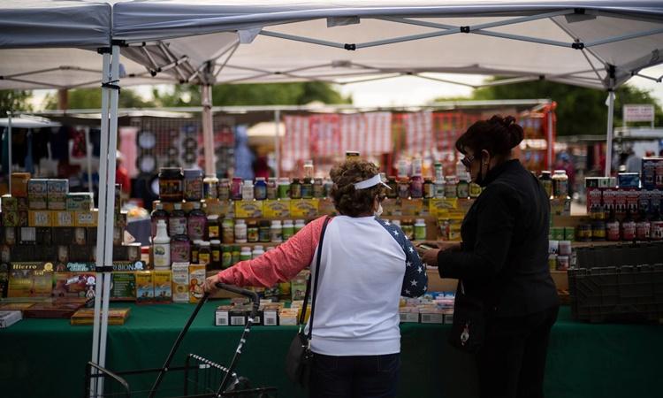 Một sạp hàng tại chợ trời Fresno, bang Clifornia, Mỹ. Ảnh: NYTimes.