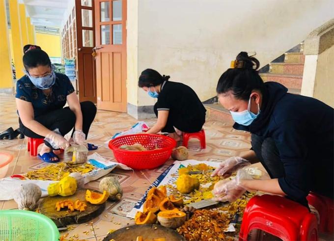 Các cô giáo trường Mầm non Tân Lâm Hương sơ chế thực phẩm trước khi chế biến. Ảnh: NVCC.