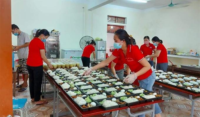 Giáo viên đang chia các phần cơm tại bếp nấu ở trường Tiểu học Tân Lâm Hương 1, huyện Thạch Hà. Ảnh: NVCC.