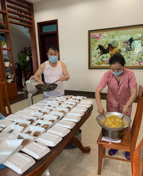 Vợ chồng chị Lam chuẩn bị bữa ăn tại nhà trước khi gửi vào khu cách ly. Ảnh: NVCC.