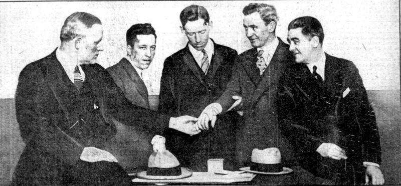 Cảnh sát trưởng Kerr (trái) chụp cùng các thám tử Frank Teed, Thomas Brady, Thomas Martin và Stephen Donahue. Martin cho mọi người xem vết thương ở cổ tay.