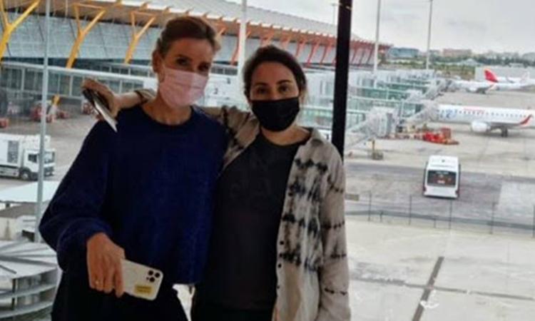 Sioned Taylor (trái) và Công chúa Sheikha Latifa tại sân bay ở Tây Ban Nha hôm 20/6. Ảnh: Instagram/ Sioned Taylor.
