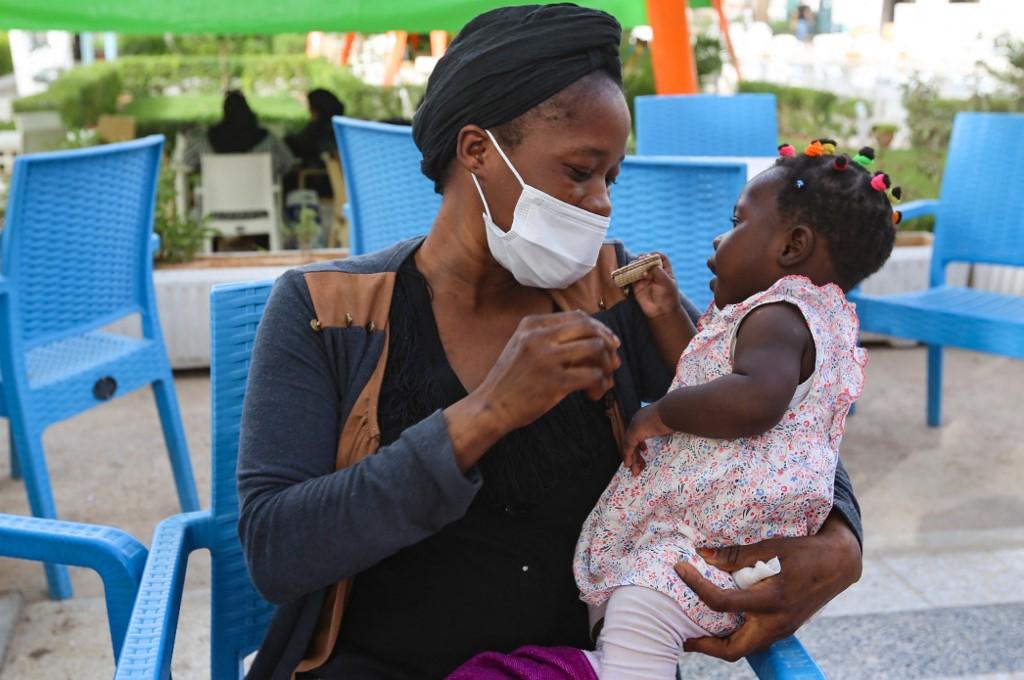 Aisha chơi cùng con gái trong công viên ở thị trấn Medenine, Tunisia, ngày 2/6. Ảnh: AFP.