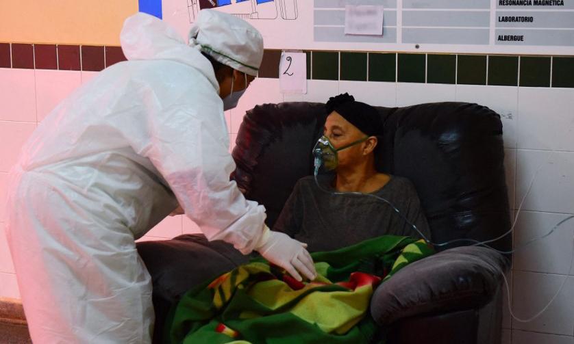 Một bệnh nhân Covid-19 được nhân viên y tế chăm sóc tại một bệnh viện ở thành phố San Lorenzo, Paraguay, hôm 14/6. Ảnh: AFP.