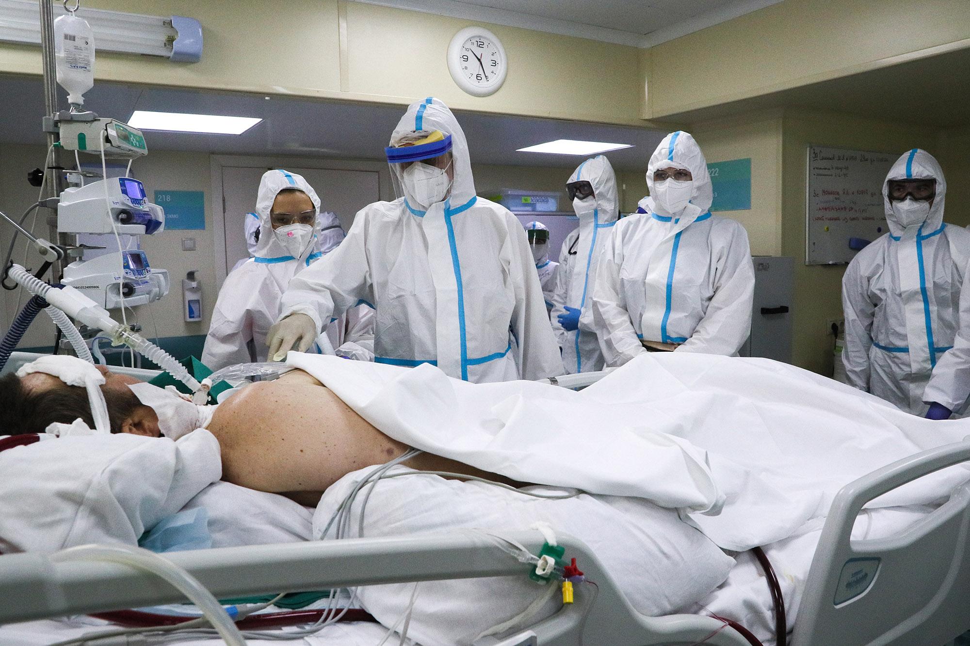 Nhân viên y tế Nga trong khu điều trị Covid-19, Bệnh viện Thực hành Số 52 của thủ đô Moskva, ngày 17/6. Ảnh: TASS.