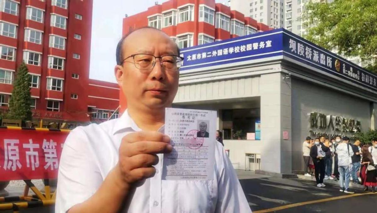 Thầy Wang chia sẻ phiếu dự thi đại học năm 2021 của mình. Ảnh: China Daily