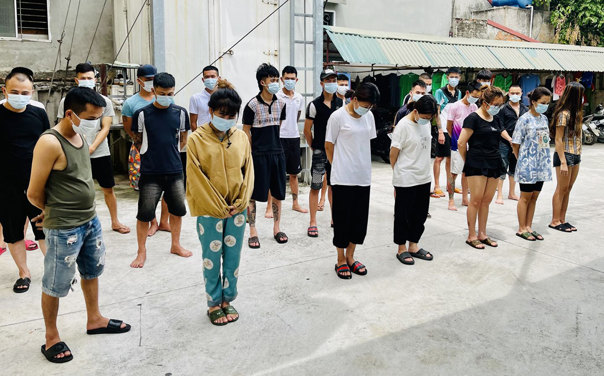 23 thanh niên bị cảnh sát tạm giữ. Ảnh: Lam Sơn.