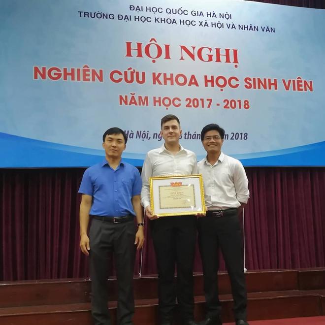 Etienne Mahler nhận giấy khen giải Nhất nghiên cứu khoa học sinh viên năm học 2017 - 2018 của Đại học Khoa học Xã hội và Nhân Văn. Ảnh: NVCC.