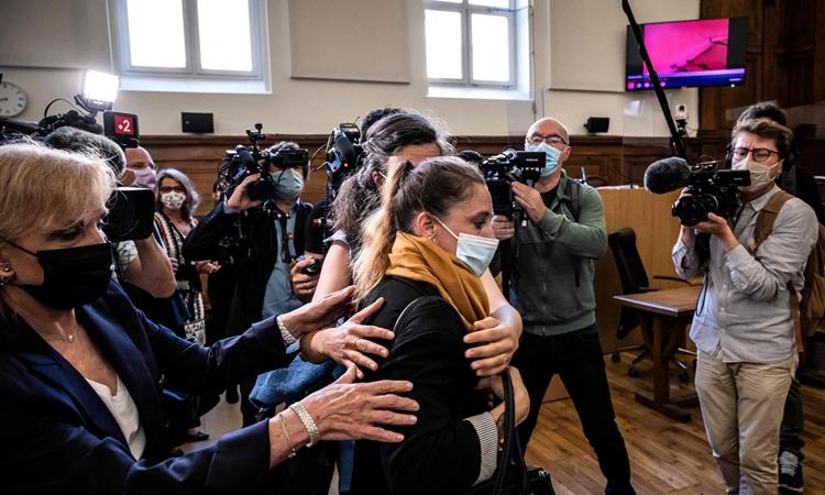 Valerie Bacot (khăn vàng) cùng gia đình tới phiên tòa xét xử ở Chalon-sur-Saone, Pháp, hôm 21/6. Ảnh: AFP.