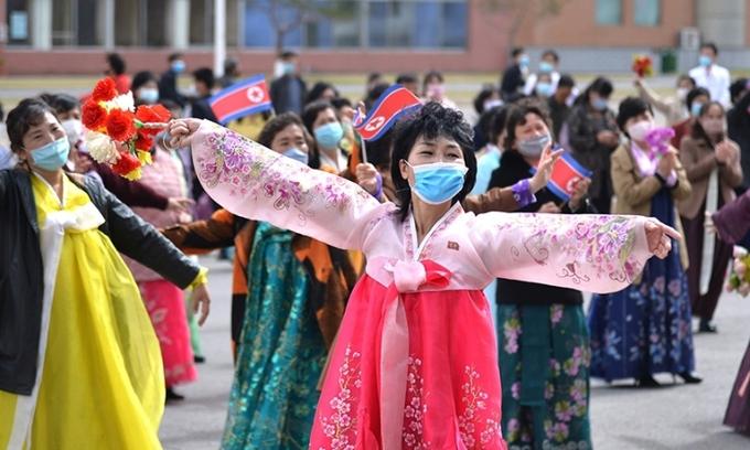 Người dân Triều Tiên nhảy múa mừng Ngày Mặt trời ở Bình Nhưỡng 15/4. Ảnh: KCNA.