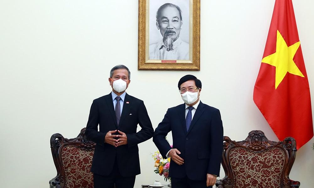 Phó thủ tướng Phạm Bình (phải) gặp Ngoại trưởng Singapore Vivian Balakrishnan tại Văn phòng Chính phủ hôm nay. Ảnh: Bộ Ngoại giao.