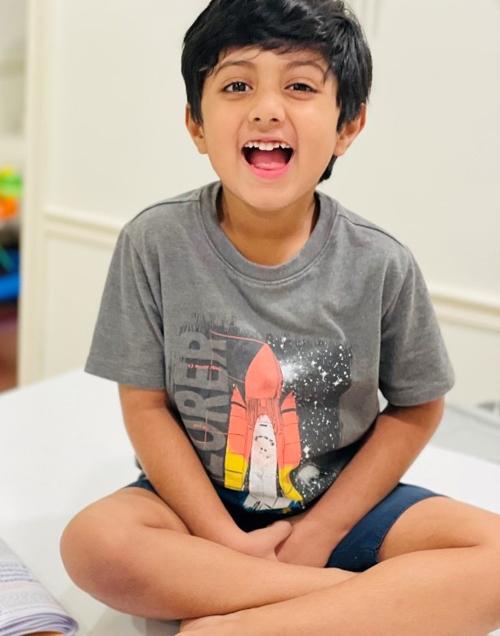 Không chỉ thích đọc sách và làm toán, cậu bé Amogh Banagere còn có mối quan tâm đa dạng ở các lĩnh vực khác. Ảnh: WKRN.