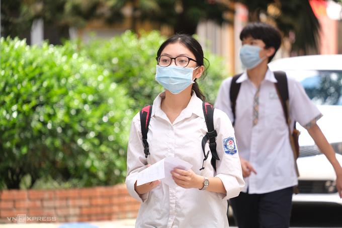 Thí sinh dự thi vào trường THPT chuyên Khoa học Tự nhiên hôm 15/6. Ảnh: Dương Tâm.
