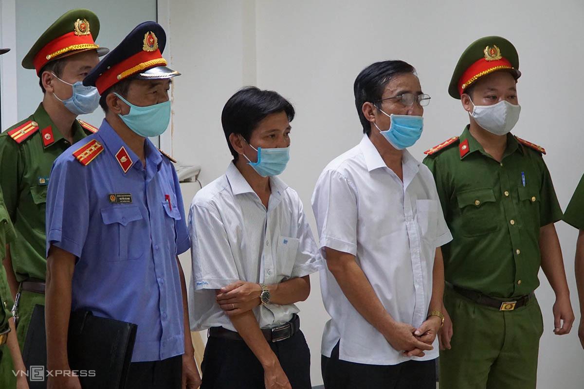 Công an bắt giữ hai nhân viên trung tâm quỹ đất TP Huế. Ảnh; Hồng Nhung