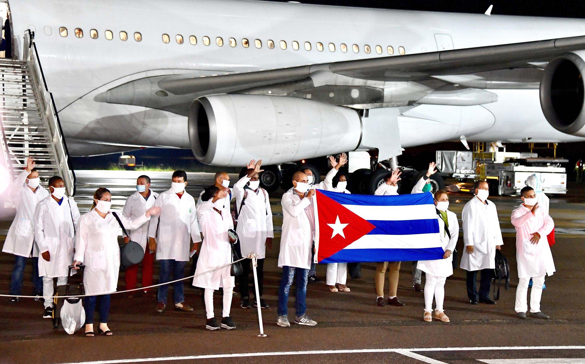 Đoàn y bác sĩ Cuba đến Nam Phi hỗ trợ chống dịch vào tháng 4/2020. Ảnh: GCIS.