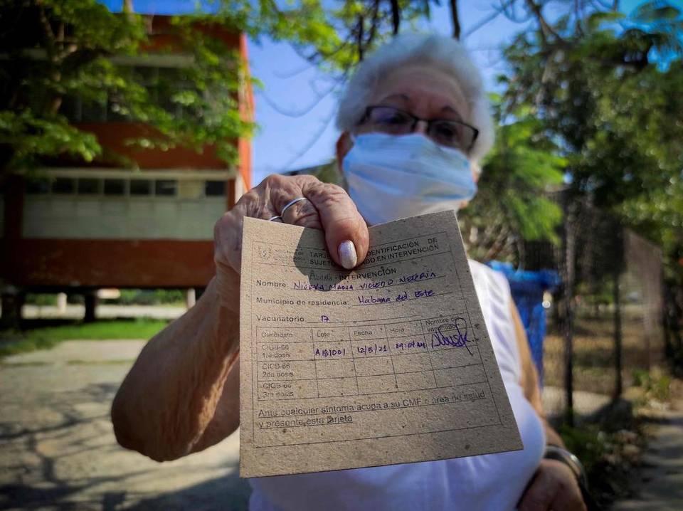 Người cao tuổi tại thủ đô Havana được tiềm vaccine Covid-19 do Cuba tự phát triển vào tháng 5. Ảnh: AFP.