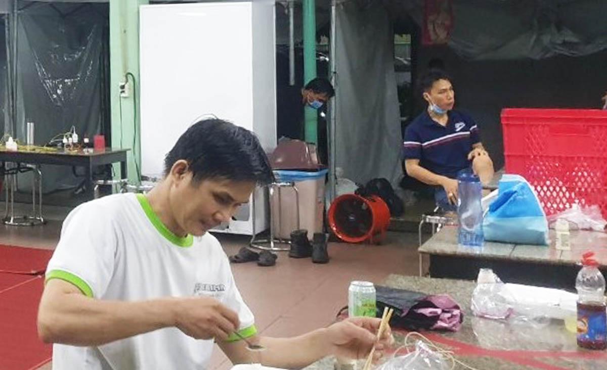 Công nhân Công ty Perstima là F2 cách ly ở khu lều trại được dựng lên tại nhà máy. Ảnh: An Phương.
