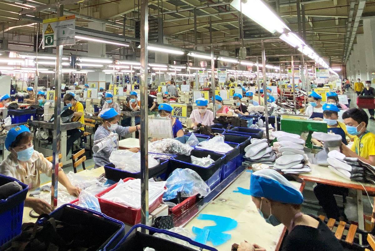 Công nhân Công ty giày Kim Xương trong giờ sản xuất. Ảnh: An Phương.