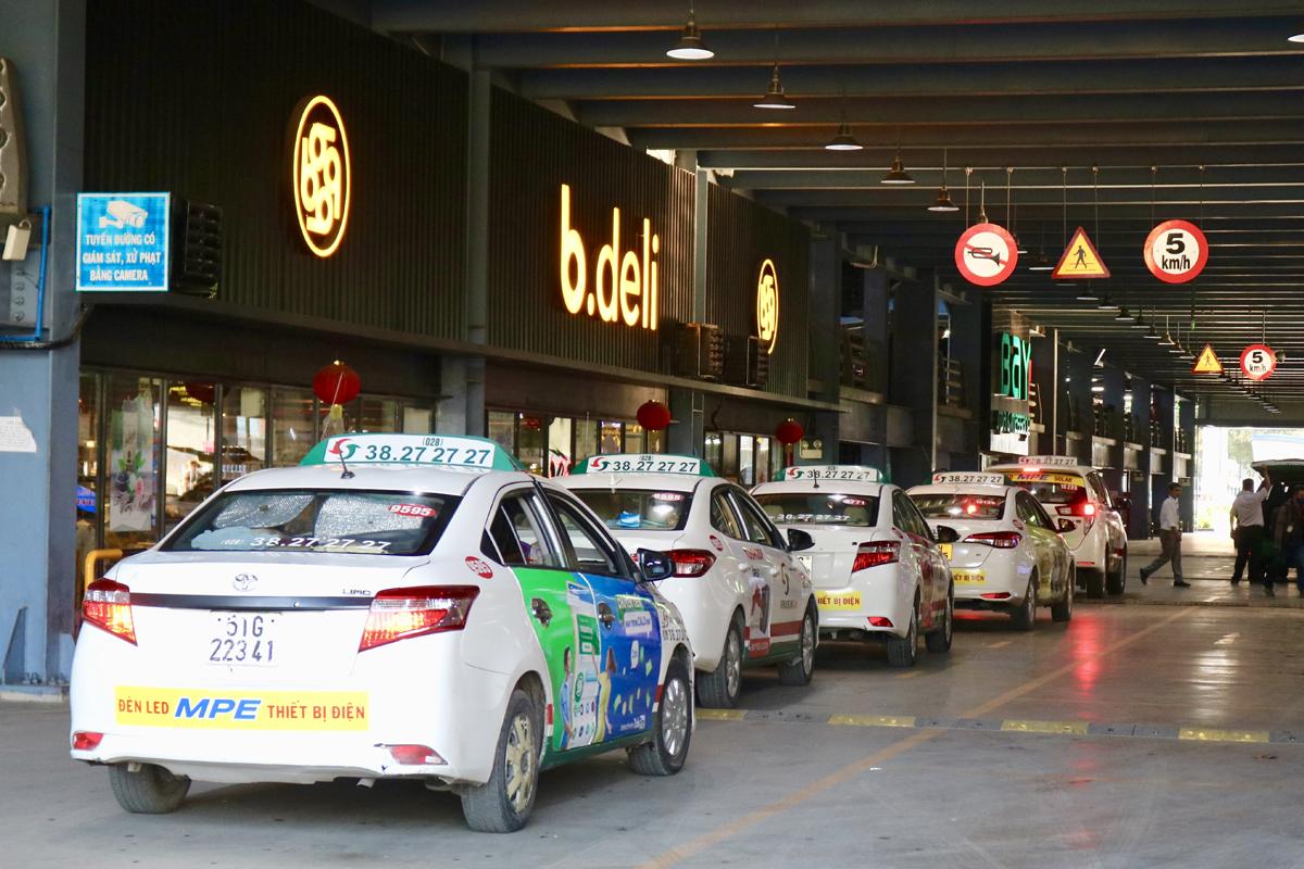 Taxi đậu chờ đón khách ở sân bay Tân Sơn Nhất, năm 2020. Ảnh: Gia Minh