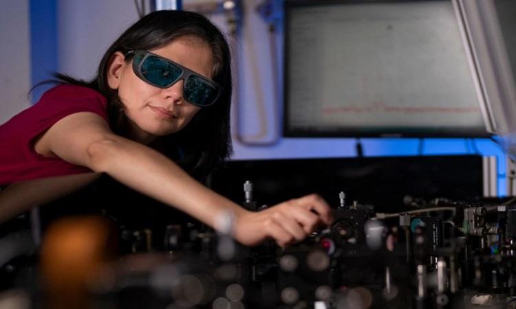 Tiến sĩ Rocio Camacho Morale đeo kính với màng tinh thể cho phép nhìn ban đêm. Ảnh: ANU.