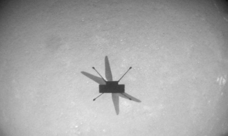 Ingenuity tự chụp ảnh chiếc bóng in trên mặt đất trong chuyến bay thứ 8. Ảnh: NASA.