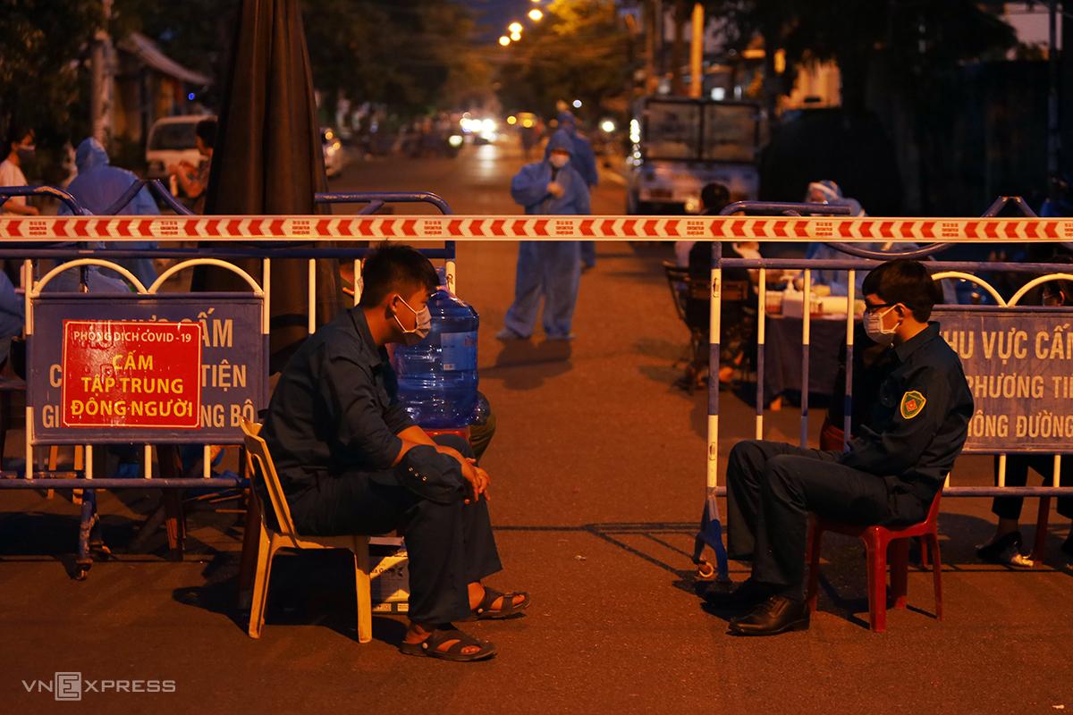 Khu vực đường Bửu Đóa, phường Phước Long, TP Nha Trang bị phong tỏa vì liên quan ca nghi nhiễm nCoV, tối 23/6. Ảnh: Xuân Ngọc.