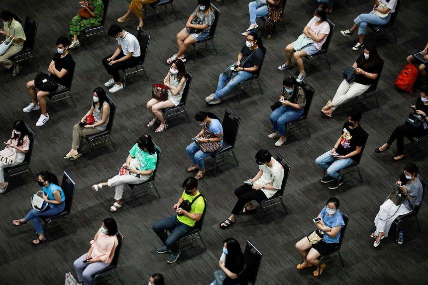 Người dân ở Thái Lan chờ tiêm vaccine tại Bangkok hồi đầu tháng 6. Ảnh: Reuters.