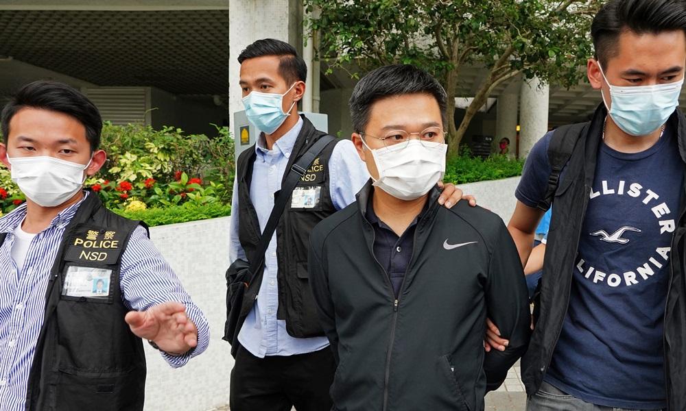 Cảnh sát Hong Kong áp giải tổng biên tập Apple Daily Ryan Law Wai-kwong (thứ ba từ trái sang) ngày 17/6. Ảnh: AP.