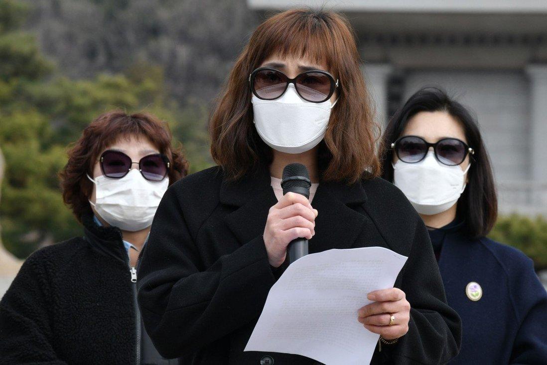 Các cựu tín đồ Tân Thiên Địa tại một cuộc biểu tình lên án nhóm bên ngoài Nhà Xanh ở Seoul hồi năm ngoái. Ảnh: AFP.